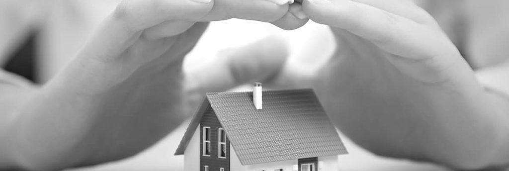 Schützende Hände über Haus